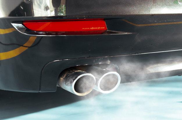 ¿Observas humo negro por el tubo de escape de tu coche?